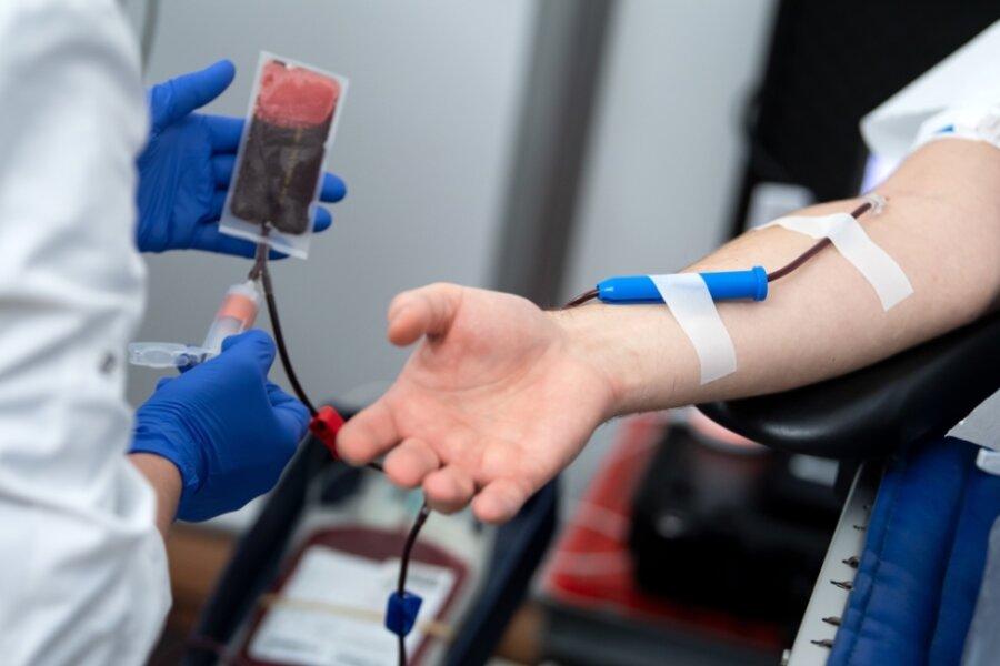 Das Deutsche Rote Kreuz erwartet größere Vorratslücken bei Blutpräparaten, die in den Krankenhäusern dringend benötigt werden. Es appelliert deshalb an die Bürger, Blut zu spenden.