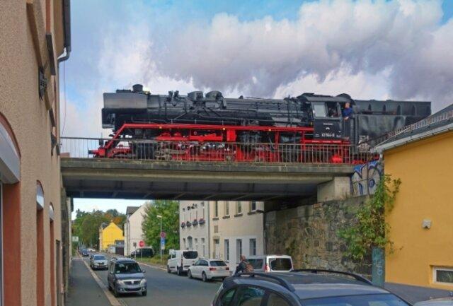 Der Nostalgie-Zug überquert die Pfaffenfeldstraße.