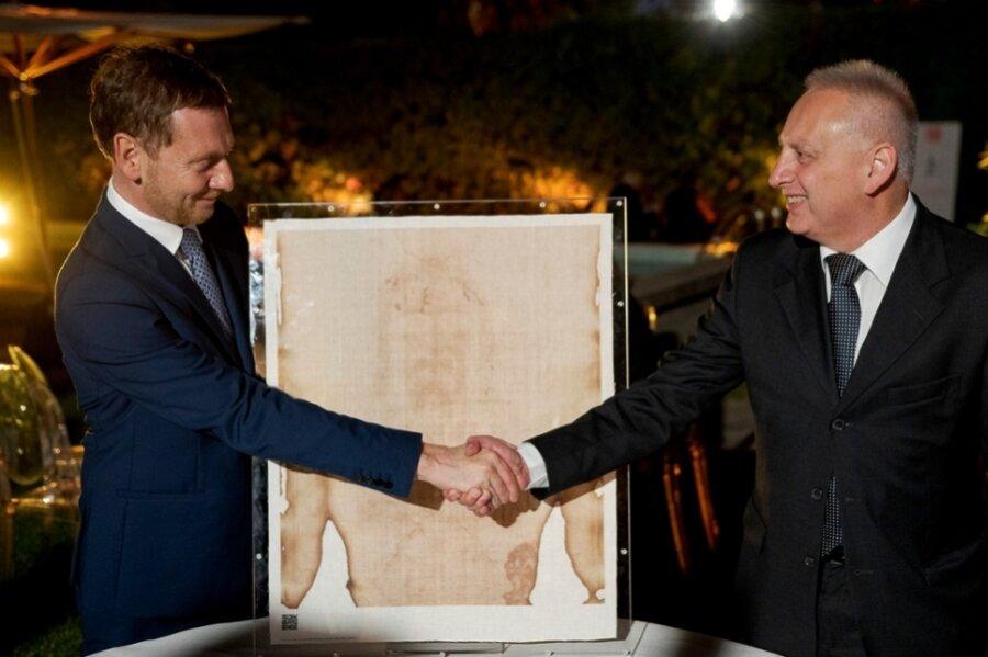 Sachsens Ministerpräsident Michael Kretschmer (links) spricht in der deutschen Botschaft mit Felice Perani.