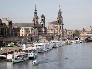 """Ausflugsschiffe der """"Sächsischen Dampfschiffahrt"""" warten auf Gäste am Terassenufer an der Elbe in Dresden."""