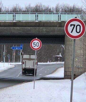 Kurz hinter dem 70 km/h-Schild wurde bei der Auffahrt zur A4 bei Wüstenbrand ein 50 km/h-Schild aufgestellt, wie dieses Foto vom Dienstag zeigt.