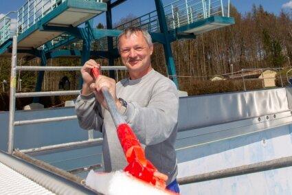 Im Haselbrunner Freibad in Plauen macht Schwimmmeister Steffen Köhler schon mal alles klar für den Start in die Badesaison.