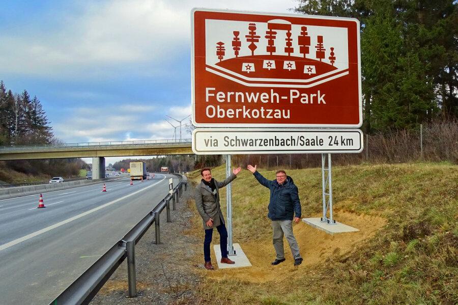 Der 1. Bürgermeister des Marktes Oberkotzau, Stefan Breuer (links), mit dem 2. Bürgermeister Erich Pöhlmann am Hinweisschild an der A9.