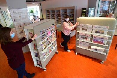 Anneka Kohl (links) und Luisa Kahnt stöbern in der neuen Leseecke der Stadtbibliothek im Tietz.