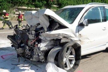 Ersten Erkenntnissen zufolge war der VW auf das Heck eines Lastwagens aufgefahren. Alle fünf Insassen wurden schwer verletzt ins Krankenhaus gebracht.