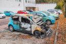 Nachdem bereits der VW (vorne im Bild/Bruno-Dost-Straße) den Flammen zum Opfer fiel, sollte es am Freitagmorgen den benachbarten türkisfarbenen VW treffen. Doch die Polizei stellte einen Tatverdächtigen vor Ort.