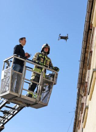 Beim Rettungseinsatz flogen die Hilfskräfte mit einer Drohne durchs Haus.