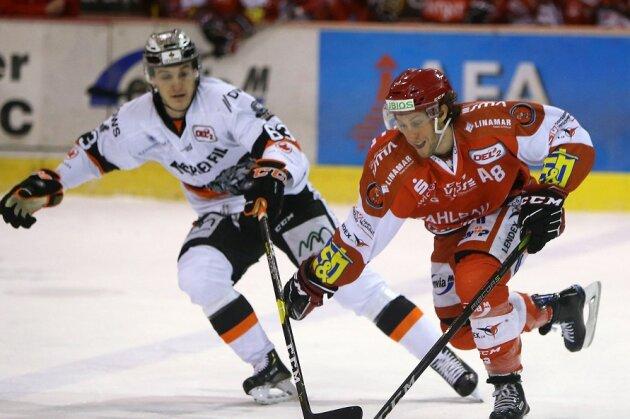 Dominic Walsh (r.) hat seinen auslaufenden Vertrag bei den Eispiraten verlängert.