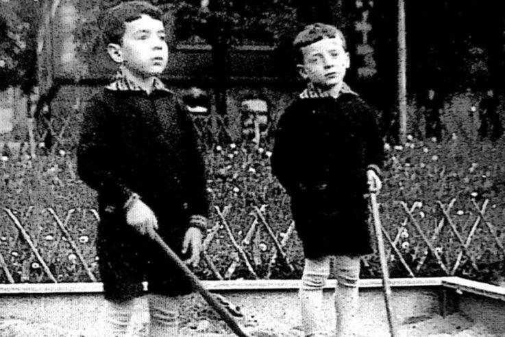 Adolf (Andy) Factor (l.) mit seinem Bruder Helmut (Henry) beim Spielen im Sandkasten. Das Foto ist im Falkensteiner Stadtarchiv hinterlegt und wurde vermutlich um 1930 in der Stadt aufgenommen. Die Brüder hatten noch eine jüngere Schwester. Die jüdische Familie floh 1938 nach Frankreich und 1940 weiter nach Australien.