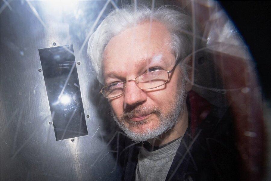 Seit diesem Montag geht es in einem britischen Gerichtssaal - in London - um seine Zukunft: Julian Assange. Und um Fragen wie diese: Ist der 48-Jährige, geboren an der Ostküste Australiens, mehr als nur ein Publizist? Ist er womöglich ein Spion? Und kann, darf, muss das Land Großbritannien den Australier an ein anderes Land ausliefern - an die USA, wo wegen Spionagevorwürfen Anklage gegen ihn erhoben wurde?