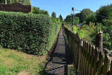 Das Gelände, auf dem der Gartenweg verläuft, hat den Besitzer gewechselt. Nun sorgen sich die Gärtner um den Zugang zu den Lauben.