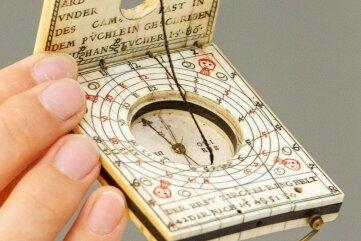 Ein Knüller der Auktion ist die Sonnenuhr im Hosentaschenformat. Der seltene Kompass ist bei einer Klosterauflösung aufgetaucht.