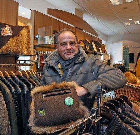 Inhaber Jürgen Förster verkauft in seinem Geschäft Pelze mit Nachhaltigkeitssiegel.
