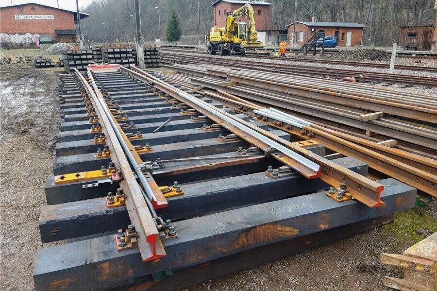 Die Weichen für den Museumsbahnhof wurden in drei vorgefertigten Teilen geliefert. Jetzt hat der Umbau begonnen. Der Eisenbahnverein sucht Paten für das Projekt, um die Investition finanzieren zu können. An der Schwelle, die 250 Euro kostet, wird der Name eines Spenders angebracht.