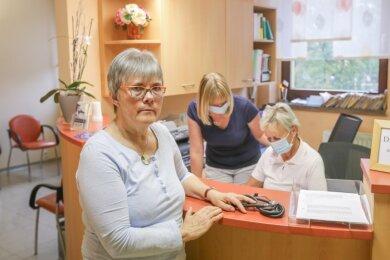 Hausärztin Ulrike Hentsch mit ihren Mitarbeiterinnen Pia Frei und Sigrid Imiella-Schwarm (von links) in der Praxis im Ärztehaus an der Ludwig-Richter-Straße in Limbach-Oberfrohna. Zum Ende des Jahres schließt die Praxis, wenn sich kein Nachfolger findet.
