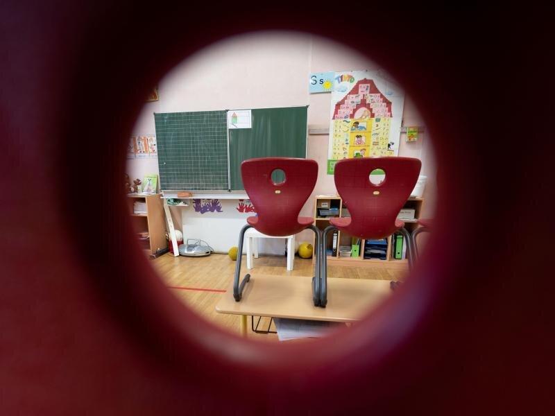 Stühle stehen in einem Klassenzimmer einer ersten Klasse.