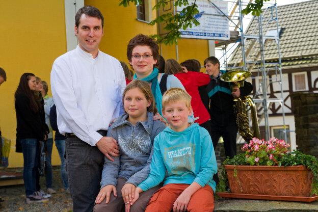 In ihrer Heimatstadt Scheibenberg wurden Marcel und Frauke Kämpfe mit ihren Kindern Salomé und Silas bei einem Aussegnungsgottesdienst verabschiedet. Das Bild entstand vor der St.-Johannis-Kirche.