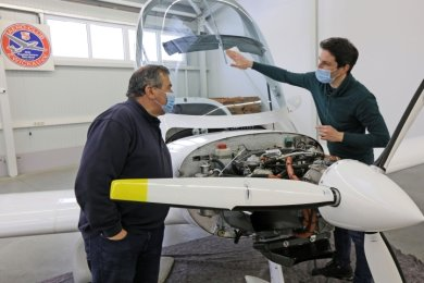 Auch wenn keine Starts und Landungen möglich sind, müssen die Flugzeuge des Aero-Clubs gewartet werden. Joachim Lenk (links) und Janus Schaarschmidt sind in der neuen Werkstatt im Einsatz.