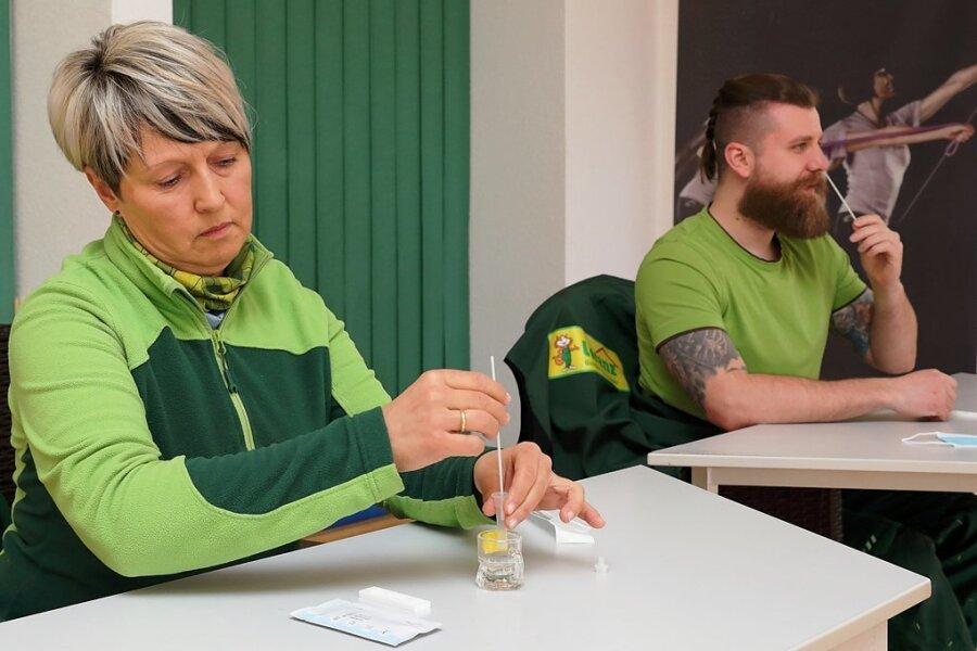 Die Mitarbeiter vom Lorenz-Baumarkt in Schwarzenberg beim Selbsttest zu Wochenbeginn: Nicola Nötzel vom Gartenmarkt und Kevin Stelzner, der in der Werkzeugabteilung Kunden berät.