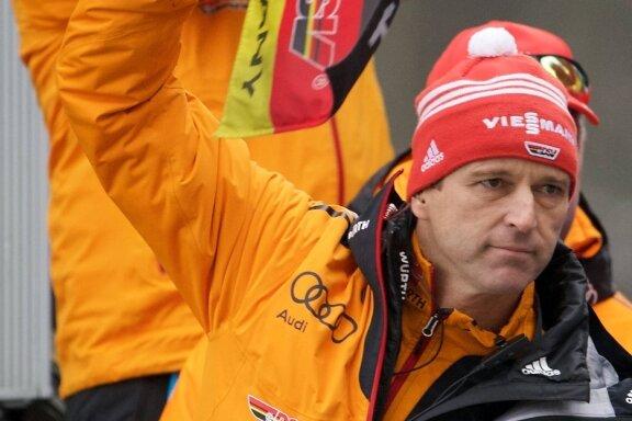Richard Schallert - Bundestrainer Werner Schuster winkt seit 2008 die deutschen Ski-Adler ab.