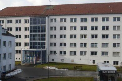 Das einstige Rodewischer Internat wurde ab 2015 zur Unterbringung junger Asylbewerber genutzt, seit 2018 steht es leer. Eine Sanierung und Modernisierung wäre wohl inzwischen aufwendiger als Abriss und Neubau.