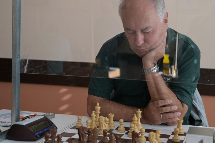 Selbst kurzerhand entwickelte Plexiglasscheiben konnten das Unterbrechen der Schach-Saison nicht verhindern. Dies musste wie alle anderen Spieler auch Gerd Wetzel vom SV Erzgebirge Stollberg zur Kenntnis nehmen, wenngleich seine Mannschaft in die 1. Landesklasse aufsteigt.