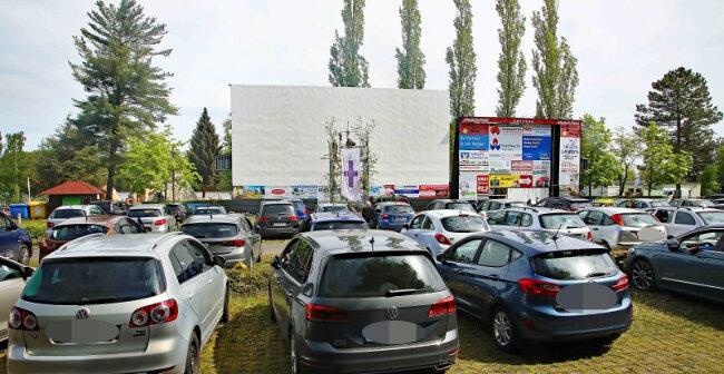 """Dicht an dicht standen die Autos bei der zweiten Auflage des """"Drive-in-Gottesdienstes"""" am Pfingstmontag an der Koberbachtalsperre."""