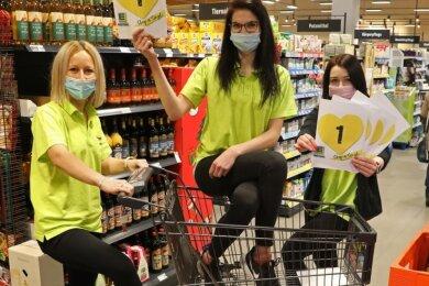 Carolin Meisel, Alina Völkel und Tina Rabe (von rechts) freuen sich auf die Single-Aktion. Die drei jungen Frauen sind allerdings vergeben und als Personal ohnehin unverkäuflich.