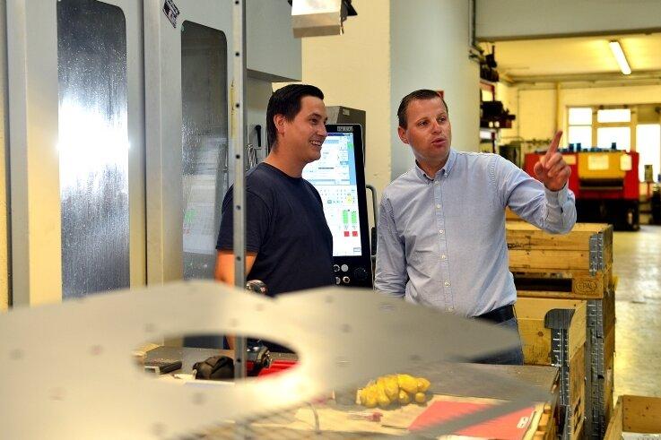 Philipp Winkler (l.) am Fräszentrum im Gespräch mit dem Firmenchef der FMA Andreas Schramm. Die FMA liefert nun auch Maschinenanbauteile für ein Unternehmen der Lebensmittelindustrie.