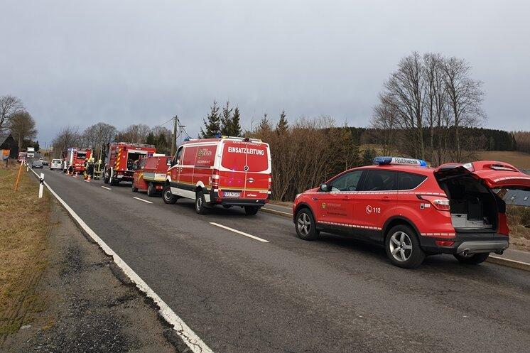 Um das Fahrzeug zu löschen waren zahlreiche Feuerwehren im Einsatz.