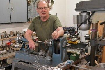 Zinngießer Wolfgang Barthel hat seine Werkstatt geschlossen, bleibt dem Handwerk aber treu.