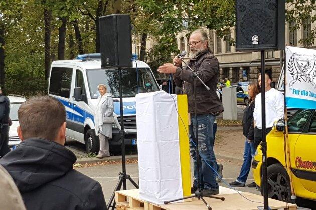 Curd Schumacher spricht zu den Teilnehmern der Kundgebung der Bürgeroffensive.