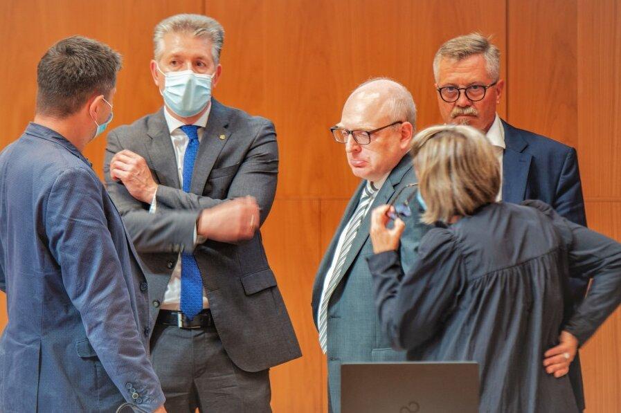 Stadtkämmerer Ralph Burghardt (2. v. l.), Oberbürgermeister Sven Schulze (3. v. l.) und Ordnungsbürgermeister Miko Runkel (1.v.r.)