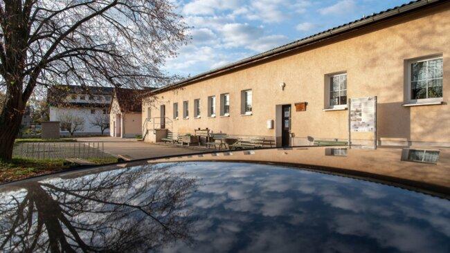 Das Bürgerhaus im Königsfelder Ortsteil Schwarzbach gehört der Gemeinde und wird durch den Jugend- und Kulturverein Schwarzbach betrieben. Wegen der Einschränkungen durch die Coronapandemie ruhen die Aktivitäten des Vereins im Moment weitgehend.