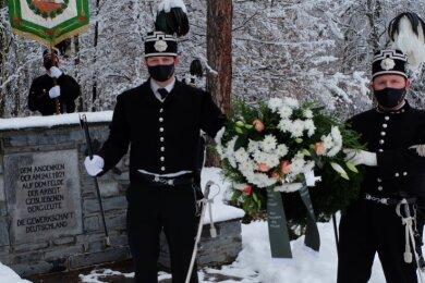 Habitträger des Oelsnitzer Bergbaumuseums und der Knappschaft desLugau-Oelsnitzer Steinkohlenreviers gedachten am Sonntag der Opfer des Grubenunglücks vor 100 Jahren.