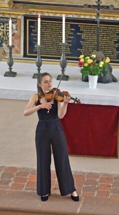 Charlotte Thiele in der Schlosskirche mit einem Solo auf der Violine.