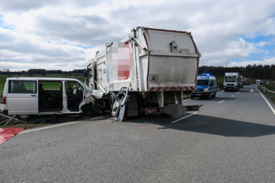 Der Transporter und der Lkw stießen auf der S 282 in Höhe des Kirchberger Ortsteil Wolfersgrün zusammen.