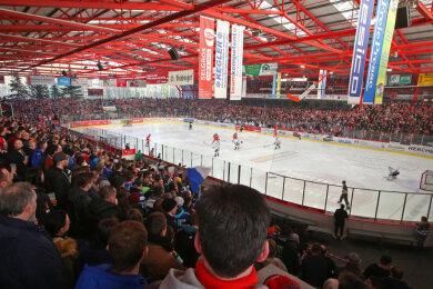 Ein Heimspiel der Eispiraten Crimmitschau im Kunsteisstadion im Sahnpark.