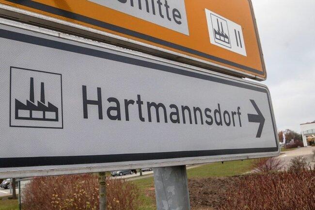 Auf den Zufahrten zum Gewerbegebiet von Hartmannsdorf kommt es bislang bei Schichtwechseln mitunter zu Verkehrsproblemen. Das soll sich ändern.