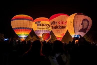 Beim Ballonglühen waren dieses Jahr nur vier große Ballons erlaubt.