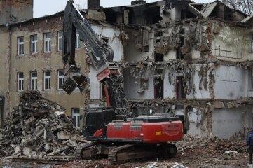 Ein Teilabriss erfolgt derzeit am alten Oelsnitzer Krankenhaus.