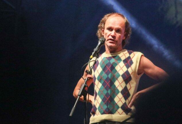 """Olaf Schubert bei seinem Auftritt zu den Chemnitzer Filmnächten auf dem Theaterplatz. Er präsentierte sein Programm """"Zeit für Rebellen"""" am Freitag. Kurz vor Beginn hatte der Regen aufgehört."""