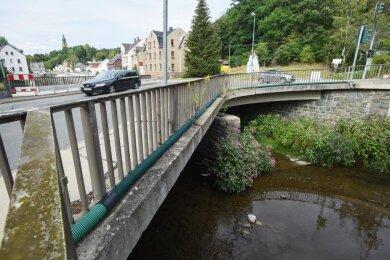 Die Straßenbrücke an der Klaffenbacher Straße am Abzweig von der B 95/Annaberger Straße soll neu gebaut werden.