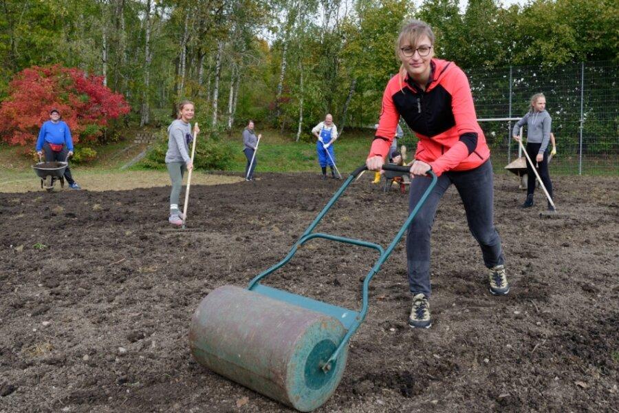 """Nach Wühlmausangriff: Junge Leute richten """"Oase""""-Sportplatz her"""