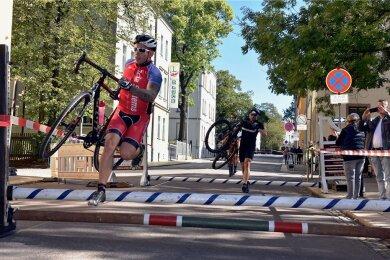 """Bei dem Cross-Radrennen """"Straßenschlacht"""" in Limbach-Oberfrohna müssen die Radfahrer bei einem Parcours durch die Stadt verschiedene Hindernisse überwinden."""