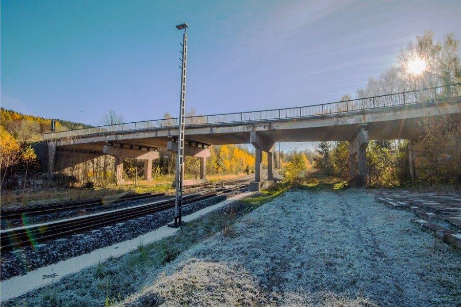 Die Pachthausbrücke in Johanngeorgenstadt führt über die Bahnlinie nach Karlsbad. Der Zahn der Zeit hat so an ihr genagt, dass Fahrzeuge ab 16 Tonnen eine Ausnahmegenehmigung zum Darüberfahren brauchen. Für Pkws gilt Tempo 30. Im nächsten Jahr soll sie ersetzt werden. Dafür gibt es Geld vom Freistaat.