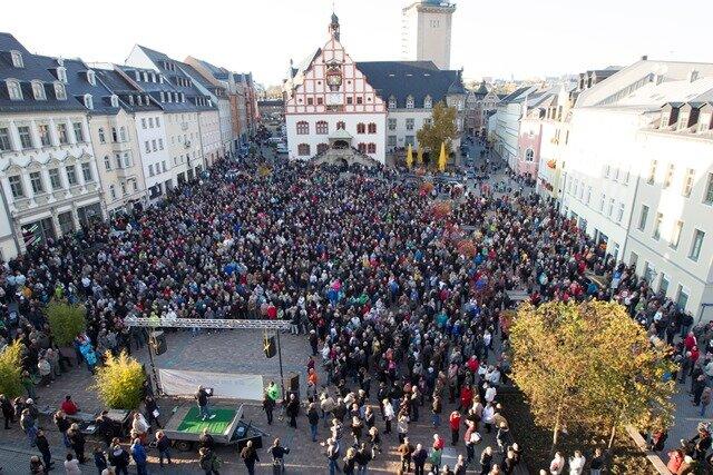 """Voller Altmarkt: Mehr als 5000 Menschen kamen gestern in Plauen zur Kundgebung der Initiative """"Wir sind Deutschland""""."""