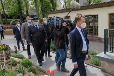 Begleitet von einem Pressetross, war Ministerpräsident Michael Kretschmer am Freitagnachmittag auf dem Weg zum Brauerei-Gasthof in Zwönitz. Dort kam er ins Gespräch mit Vertretern des Zwönitzer Gewerbevereins, die ihn in die Stadt eingeladen hatten.