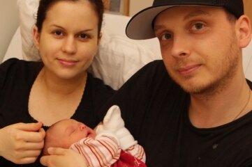 Mathilda mit ihren Eltern Maria und Marcel Bräutigam.
