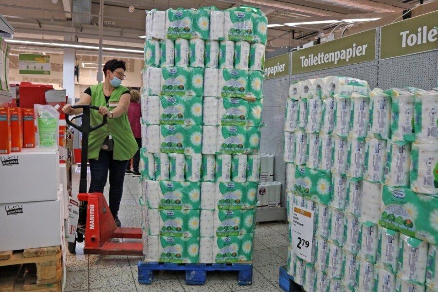 Susanne Sprigode muss im Zwickauer Globus zurzeit häufiger als sonst das Toilettenpapier nachfüllen. Noch reichen die Reserven.